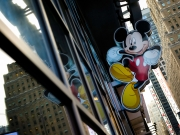 Mickey Mouse, Disney's officiële mascotte, aan de Disney Store aan Time Square in New York | Drew Angerer / AFP