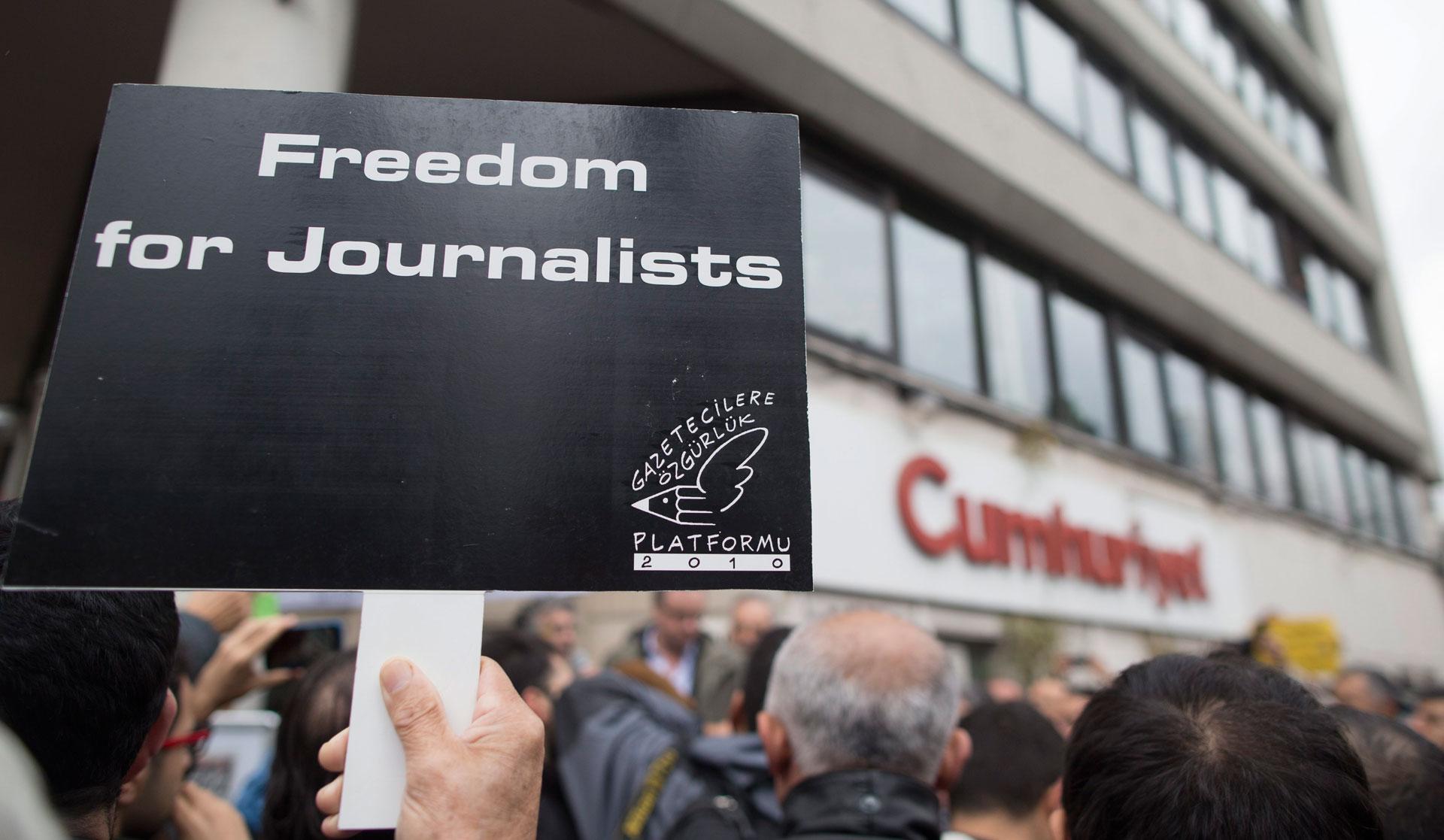 Arrestatiebevel uitgevaardigd voor 42 journalisten